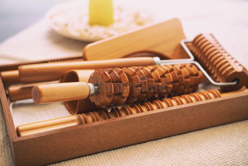 Massagetabelle ist ein Werkzeug für anticellulite Massage von maderotherapy stockbild