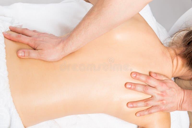 Massagetechnik, die zurück Frauen ausdehnt stockfotografie