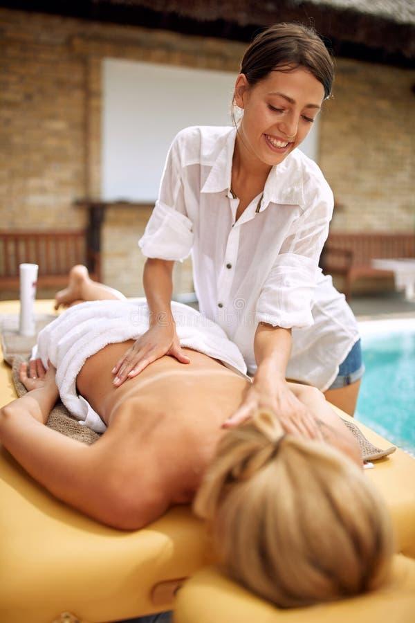 Massageterapeut som gör en tillbaka massage royaltyfria bilder