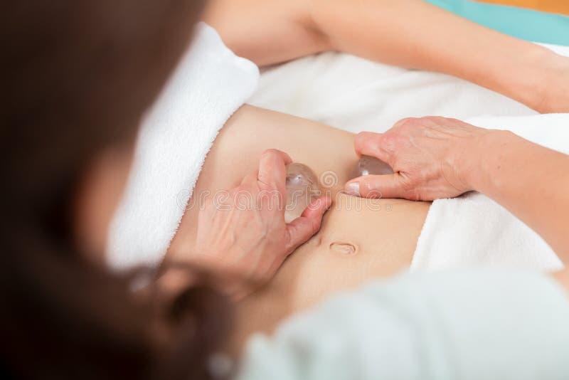 Massageterapeuts massera mage fotografering för bildbyråer