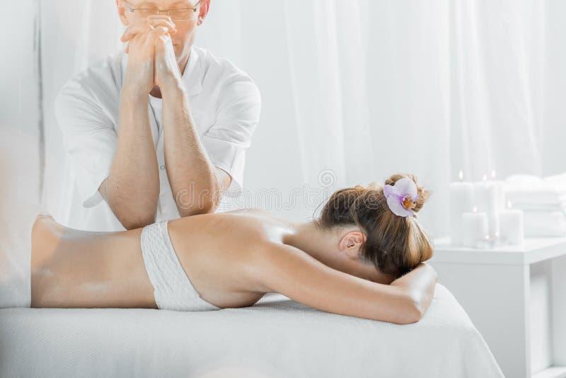 Massageterapi har fått många fördelar royaltyfri bild