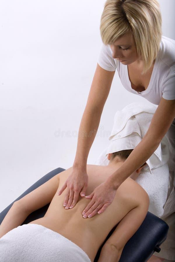 Massagetherapeut, der eine Massage gibt lizenzfreie stockfotografie