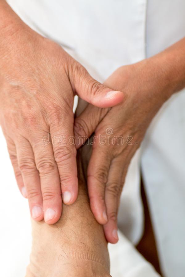 Massagetherapeut Giving een Ontspannende Voetmassage royalty-vrije stock fotografie