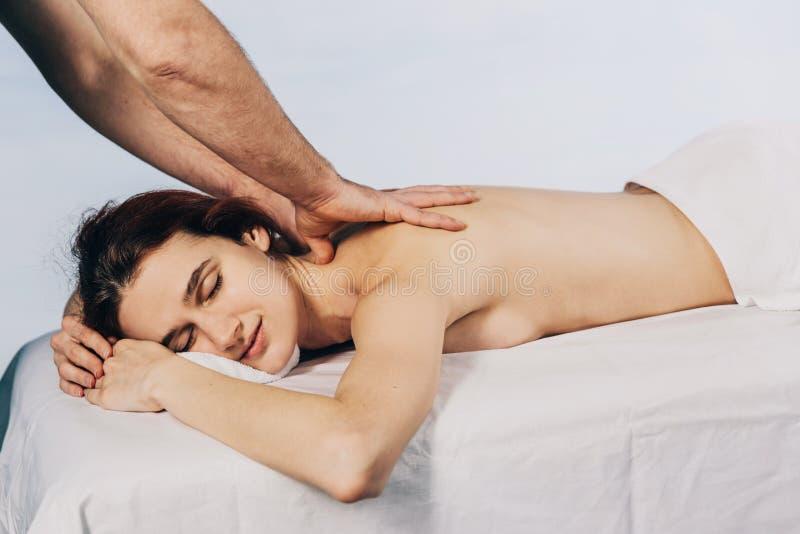 Massagetherapeuthandeln massotherapy von einer jungen Frau Schönes entspanntes Gesicht einer jungen Frau 27 Jahre alt stockfoto
