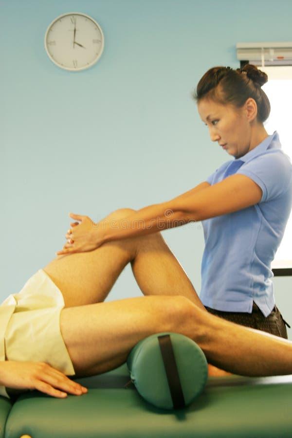 Massagetherapie - Fahrwerkbeinmassage stockfotografie