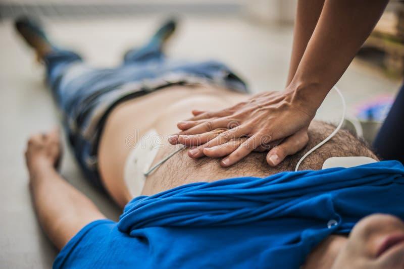 Massagge cardiaque image stock
