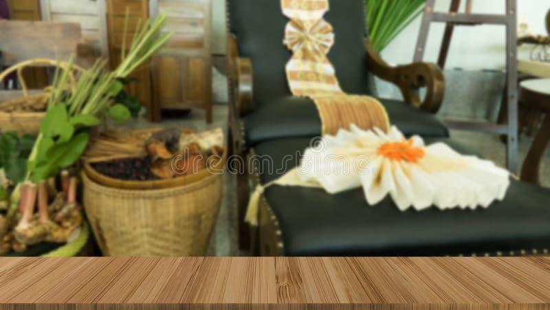massaggi la sedia nel club di benessere di salute della stazione termale con la tavola di legno per i Di immagini stock libere da diritti