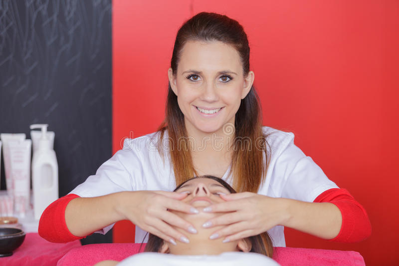 Massaggiatore che fa la donna adulta capa di massaggio fotografia stock libera da diritti