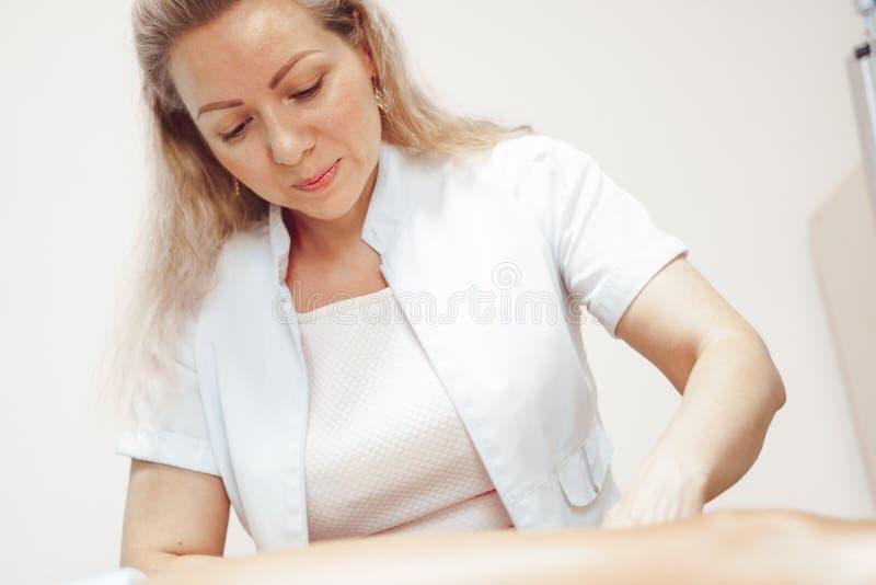 Massaggiatore che fa massaggio fotografia stock libera da diritti