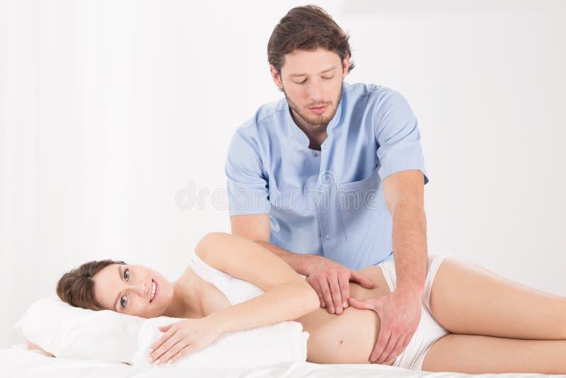 Massaggio addominale nella gravidanza immagini stock libere da diritti