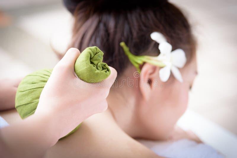Massaggio alto vicino della mano per il ritratto di bella gente asiatica dentro immagini stock