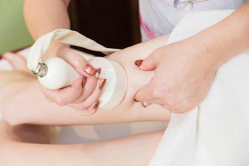 massaggio anti-cellulite per cavitazione sulle anche fotografia stock