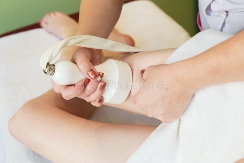 massaggio anti-cellulite per cavitazione sulle anche immagini stock libere da diritti