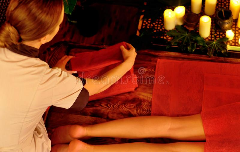 Massaggio asiatico della gamba e del piede Colpo potato di reflessologia del piede immagini stock