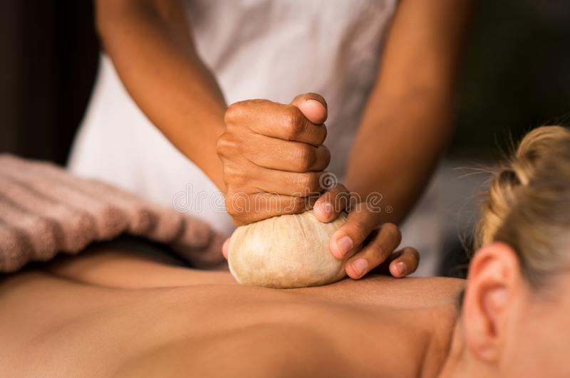 Massaggio ayurvedic di Pinda alla stazione termale fotografia stock libera da diritti