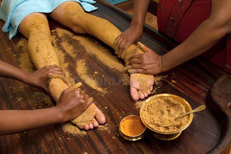 Massaggio ayurvedic indiano tradizionale del piede dell'olio fotografia stock