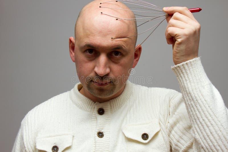 Massaggio calvo della testa dell'uomo fotografia stock