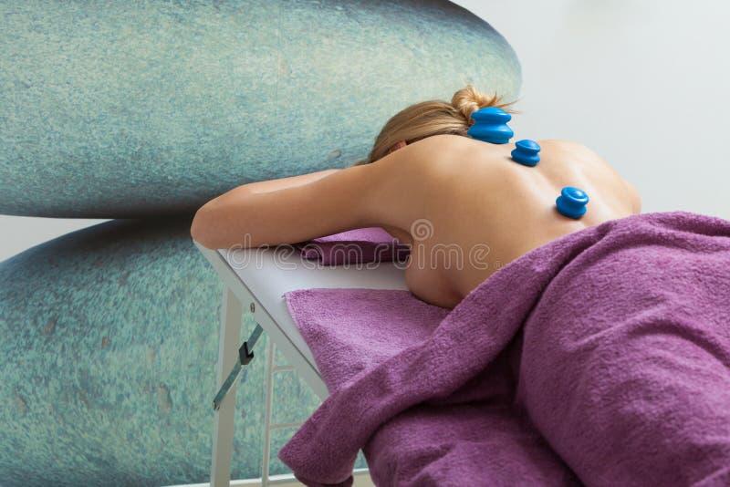 Massaggio con ventosa in estetista fotografie stock