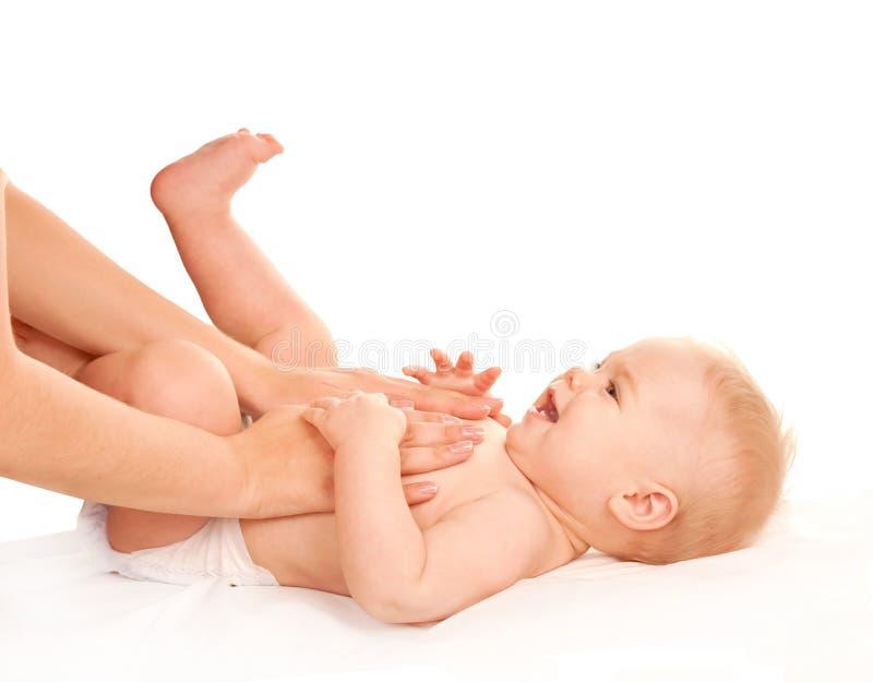 Massaggio del bambino Madre che massaggia la pancia del bambino fotografia stock