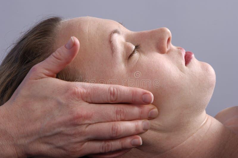 Massaggio del fronte alla stazione termale immagine stock libera da diritti
