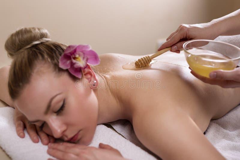 Massaggio del miele fotografie stock