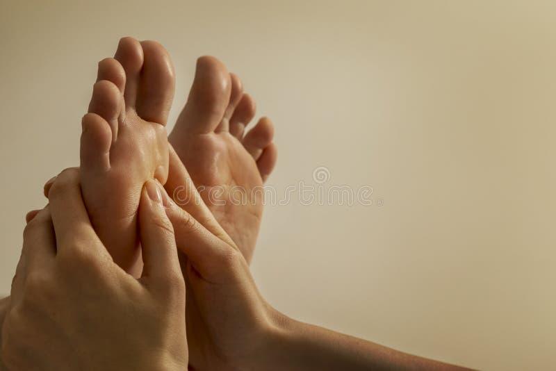 Massaggio del piede immagini stock