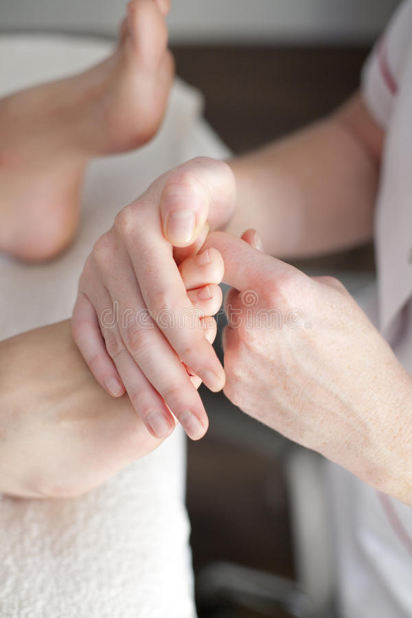 Massaggio del piede dei wellnes e della stazione termale immagine stock
