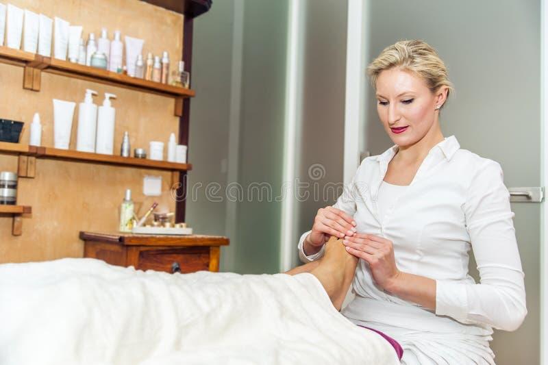 Massaggio del piede in un salone della stazione termale fotografia stock libera da diritti