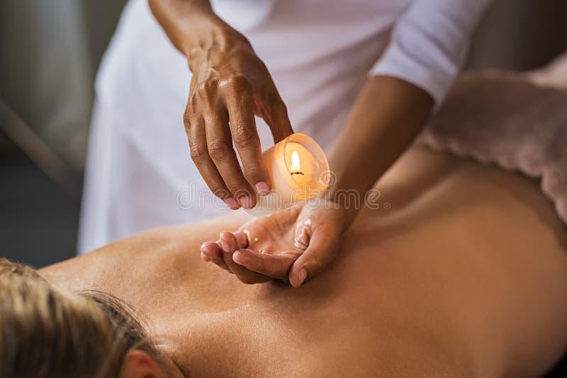 Massaggio della candela alla stazione termale immagini stock libere da diritti
