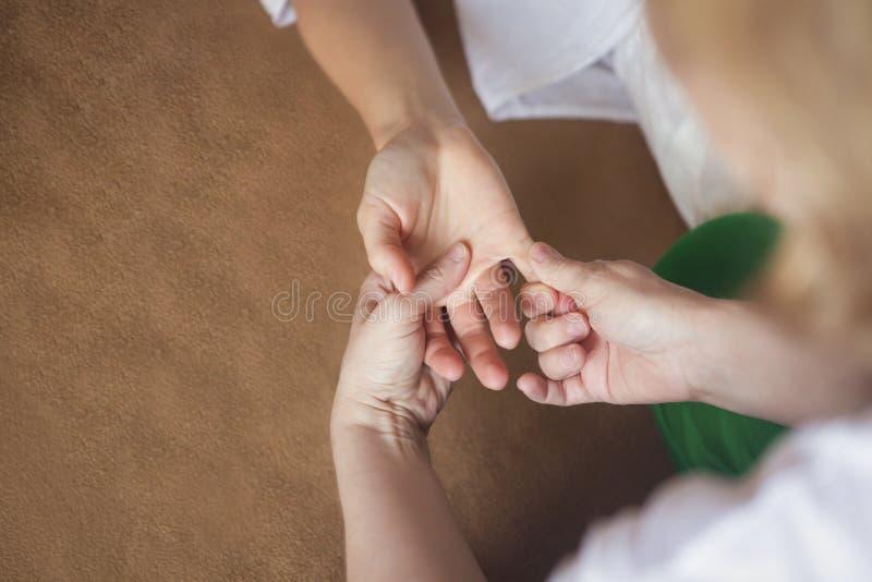 Massaggio della mano alla stazione termale immagine stock