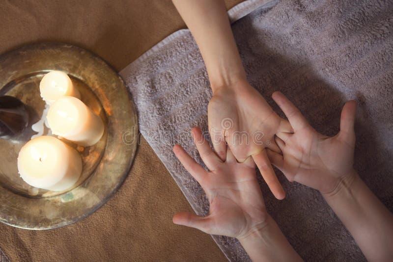 Massaggio della mano alla stazione termale fotografia stock libera da diritti