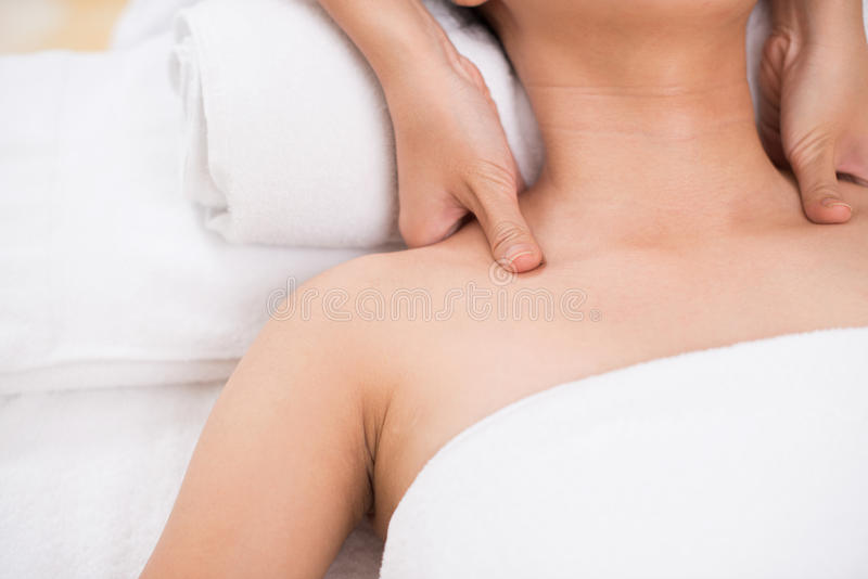 Massaggio della spalla fotografia stock