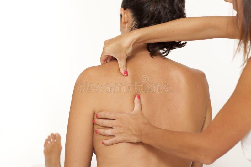 Massaggio della spalla della donna fotografia stock libera da diritti
