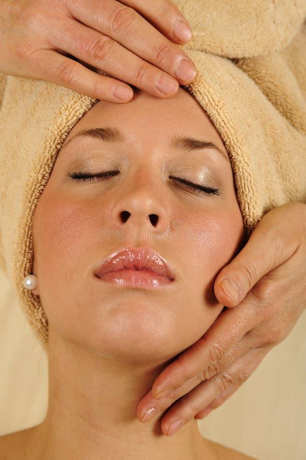 Massaggio della testa e del fronte alla stazione termale fotografie stock