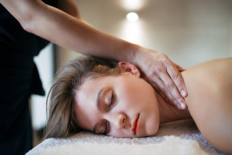 Massaggio di alleviamento di sforzo dal giovane terapista astuto immagini stock