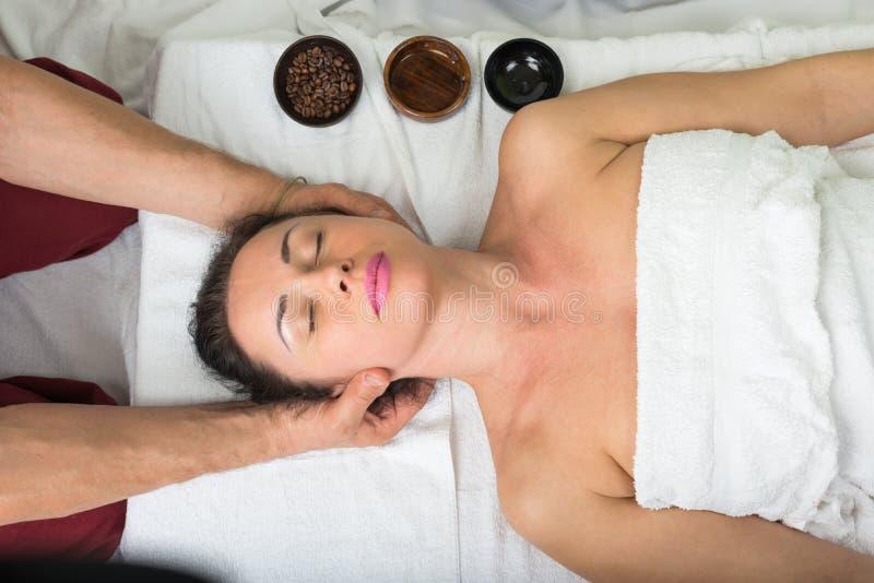 Massaggio di Ayurvedic Procedura della stazione termale immagine stock libera da diritti