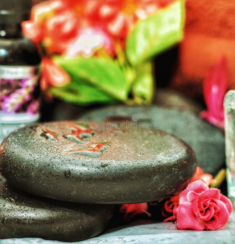 Massaggio di pietra caldo di rilassamento della stazione termale fotografia stock