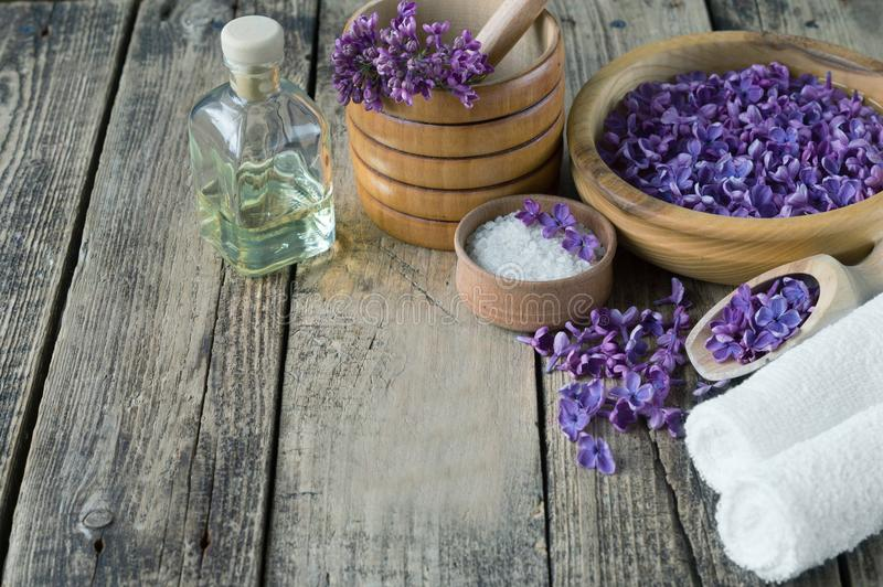 Massaggio e prodotti della stazione termale con i fiori lilla fotografia stock