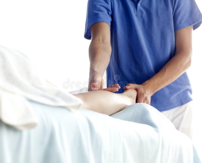 Massaggio femminile del piedino - alto vicino immagini stock