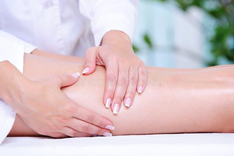 massaggio ottenente femminile del piedino del beautician immagini stock libere da diritti