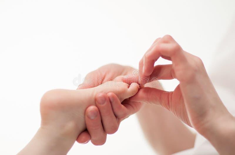 Massaggio per i piedi del bambino fotografie stock