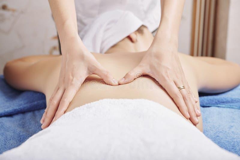 Massaggio posteriore del professionista immagini stock libere da diritti