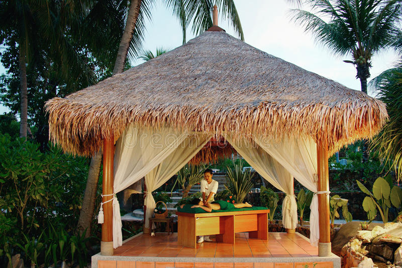 Massaggio in stazione termale tropicale. fotografia stock
