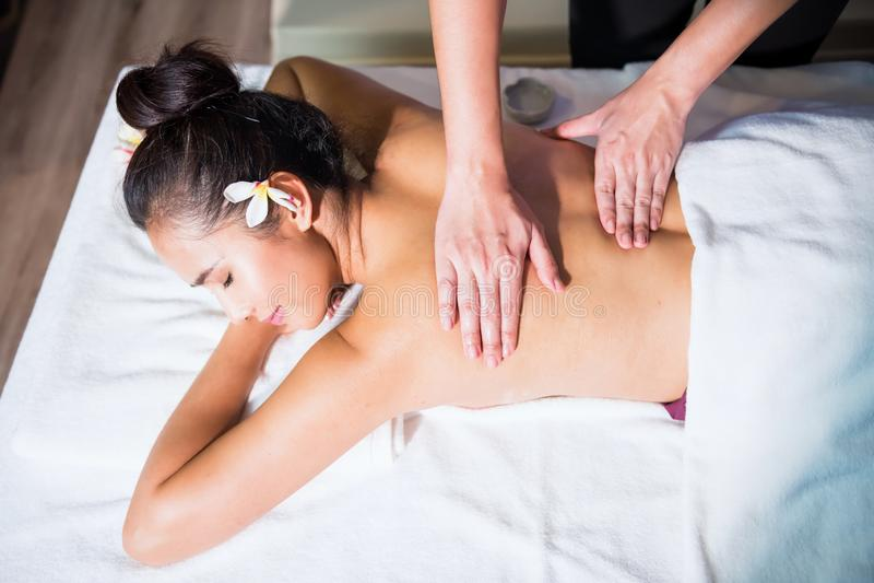Massaggio tailandese dell'olio alla donna asiatica immagini stock