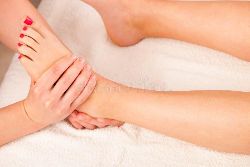 Massaggio in uno studio di benessere - stazione termale del piede fotografie stock