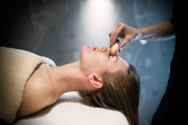 Massagista profissional que trabalha no cliente imagem de stock royalty free