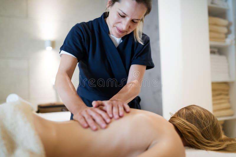 Massagista profissional que trabalha no cliente foto de stock