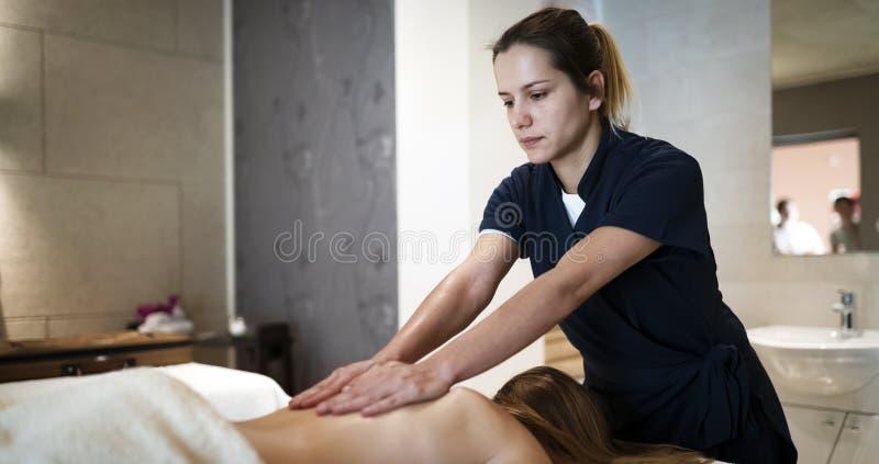 Massagista profissional que trabalha no cliente imagens de stock royalty free