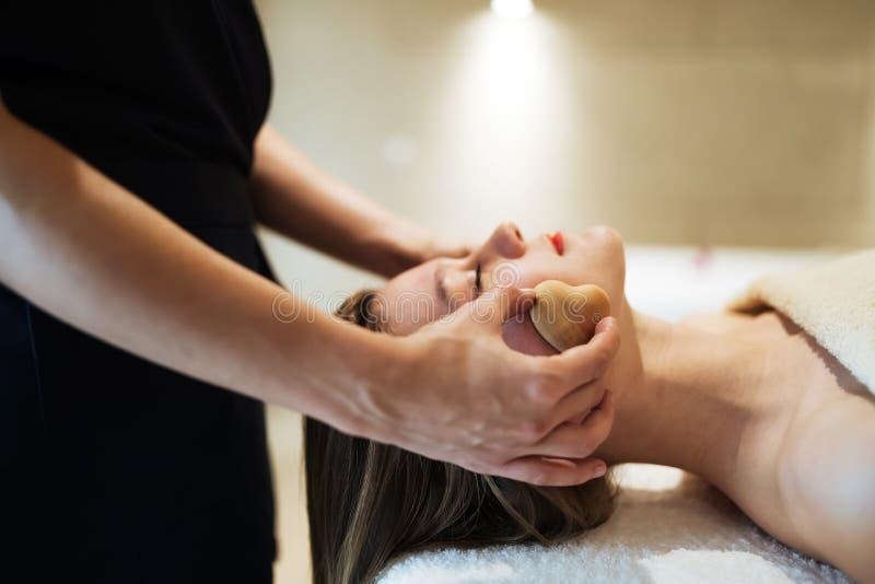 Massagista profissional que trabalha no cliente foto de stock royalty free