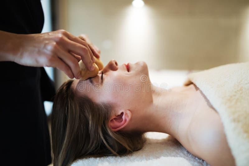 Massagista profissional que trabalha no cliente imagens de stock